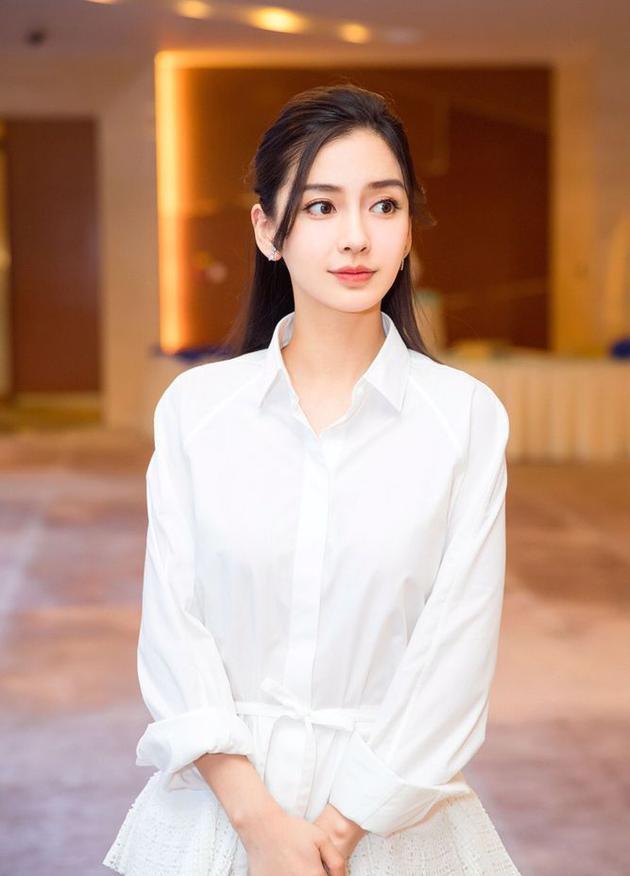 辣妈baby白色裙装仙气十足 笑容灿烂阳光