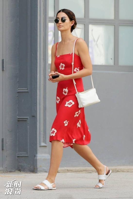 Lily Aldridgw用白色搭配红色