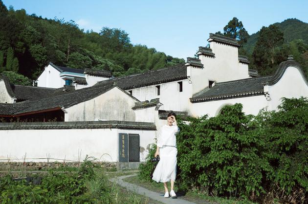 江一燕于江南斯宅村的写真