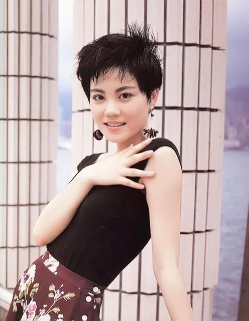 王菲青涩照曝光 低胸T恤搭配印花裙大秀好身材