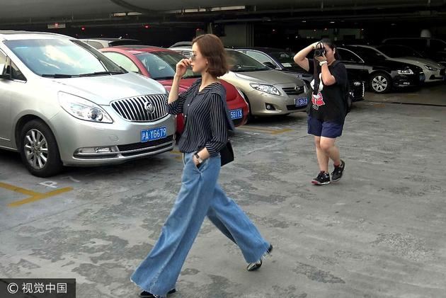 刘诗诗竖条纹衬衫搭配复古阔腿牛仔裤