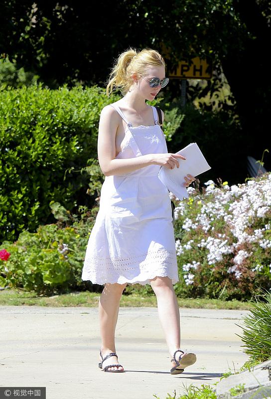 娜扎的背带裙可御姐可萝莉 驾驭各种风格哪怕是性感都不在话下!  风格偶像 图10