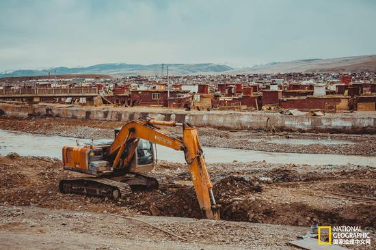 建设中的亚青寺