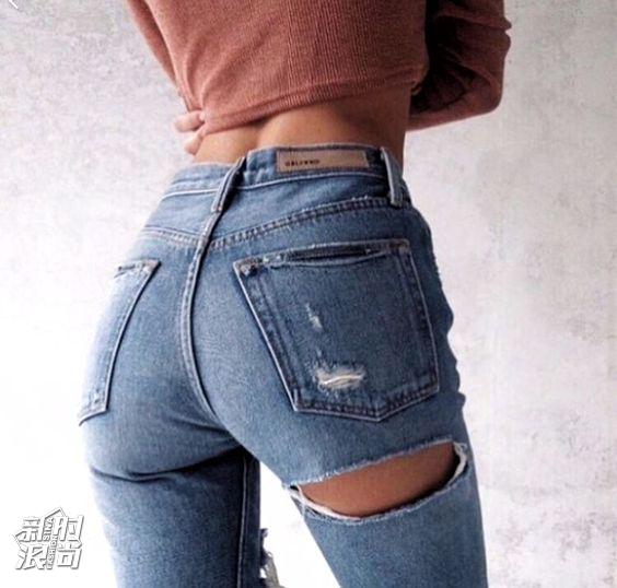 时尚博主示范露臀牛仔裤