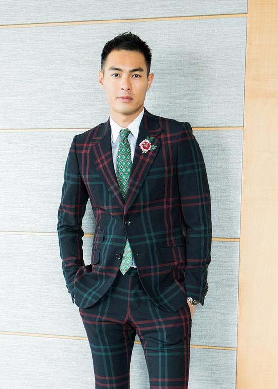 杨祐宁身穿格纹西装复古绅士