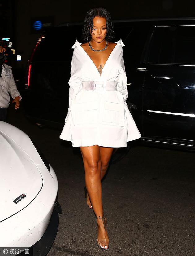 蕾哈娜穿塑料凉鞋