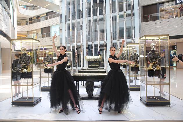 """十多位妆容精致的""""黑天鹅""""模特近距离地为来宾展示了MY-O-MY 品牌的八大系列产品"""