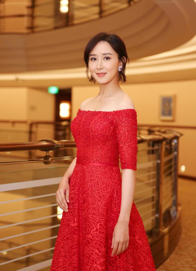 胡静身着大红色蕾丝礼服亮相第23届上海电视节