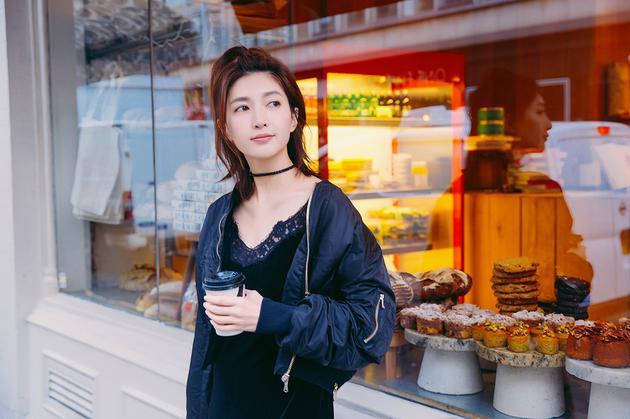 江疏影街拍写真大片曝光 潮流混搭时髦减龄 视觉美图 图1