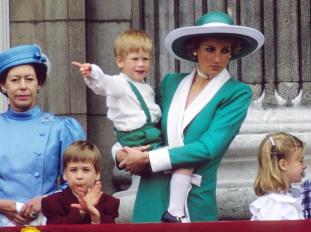 1988年黛安娜王妃身着綠色套裝、佩戴同色系禮帽懷抱哈利王子觀看空軍表演