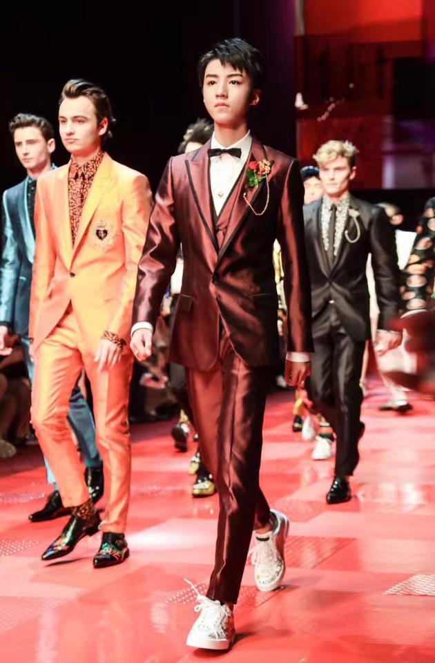 王俊凯为Dolce&Gabbana走秀,并领衔众模特为T台秀闭幕。