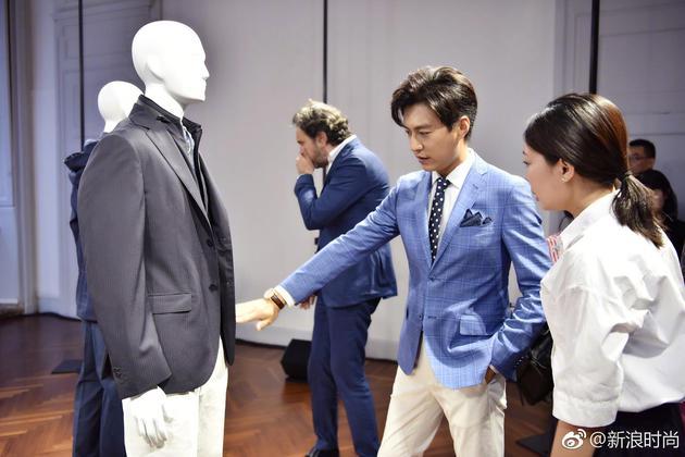 靳东穿清新格纹西装看预览 老干部变身美少年