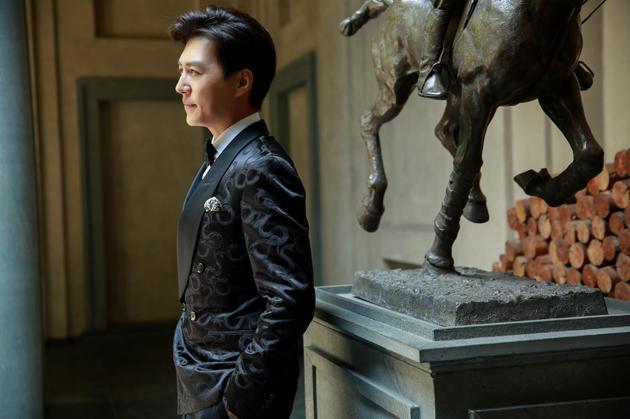 靳东身着青果领暗花西装亮相Ralph Lauren Purple Label 2018春季系列位于米兰的发布现场