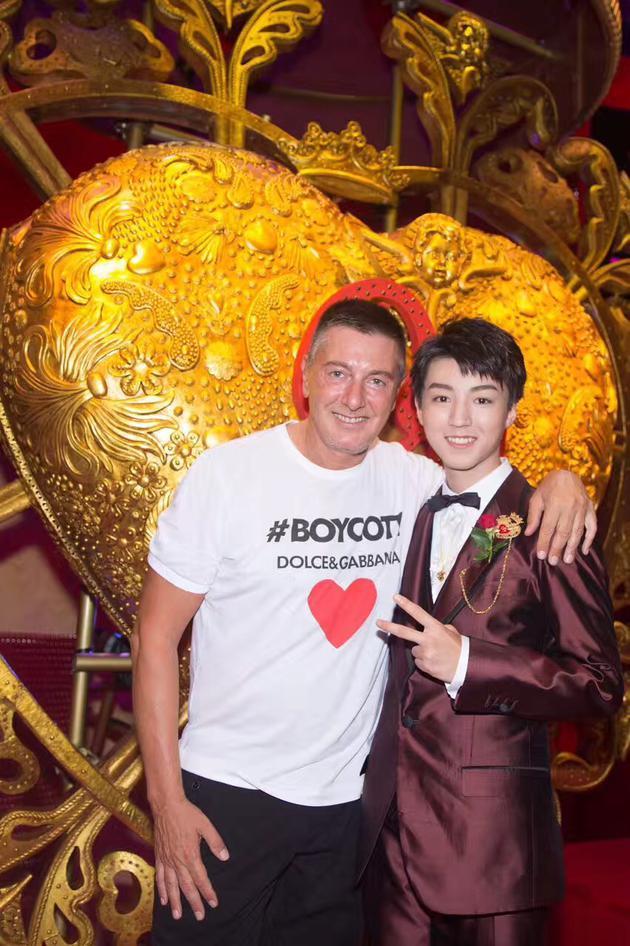 王俊凯与Dolce&Gabbana设计师合影