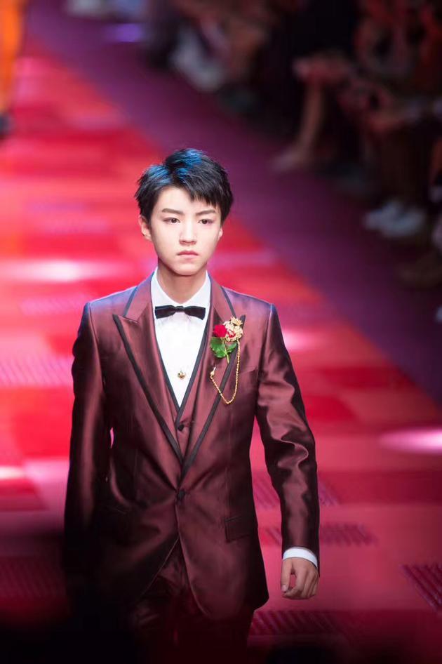 王俊凯为Dolce&Gabbana走秀,并担任开秀模特