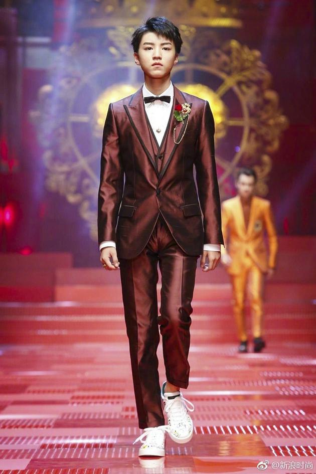王俊凯成为了Dolce Gabbana 2018春夏系列的开场模特