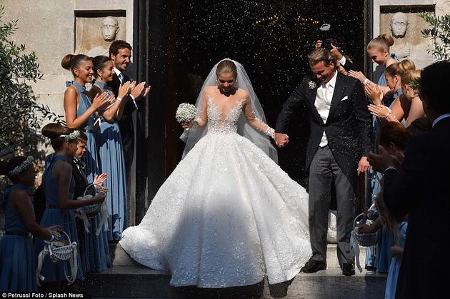 2位新人在250名亲朋好友的见证下举行了盛大的婚礼