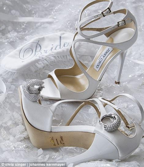 婚鞋来自Jimmy Choo品牌,搭配婚纱的耳饰当然来自施华洛世奇
