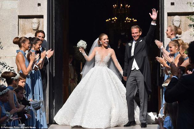 Victoria Swarovski的婚纱在阳光下足够闪耀