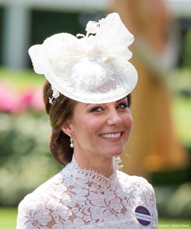 凯特身着Alexander McQueen白色蕾丝连衣裙