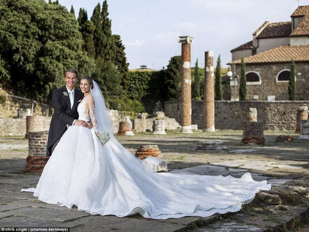 雪白的婚纱配上50万颗施华洛世奇水晶