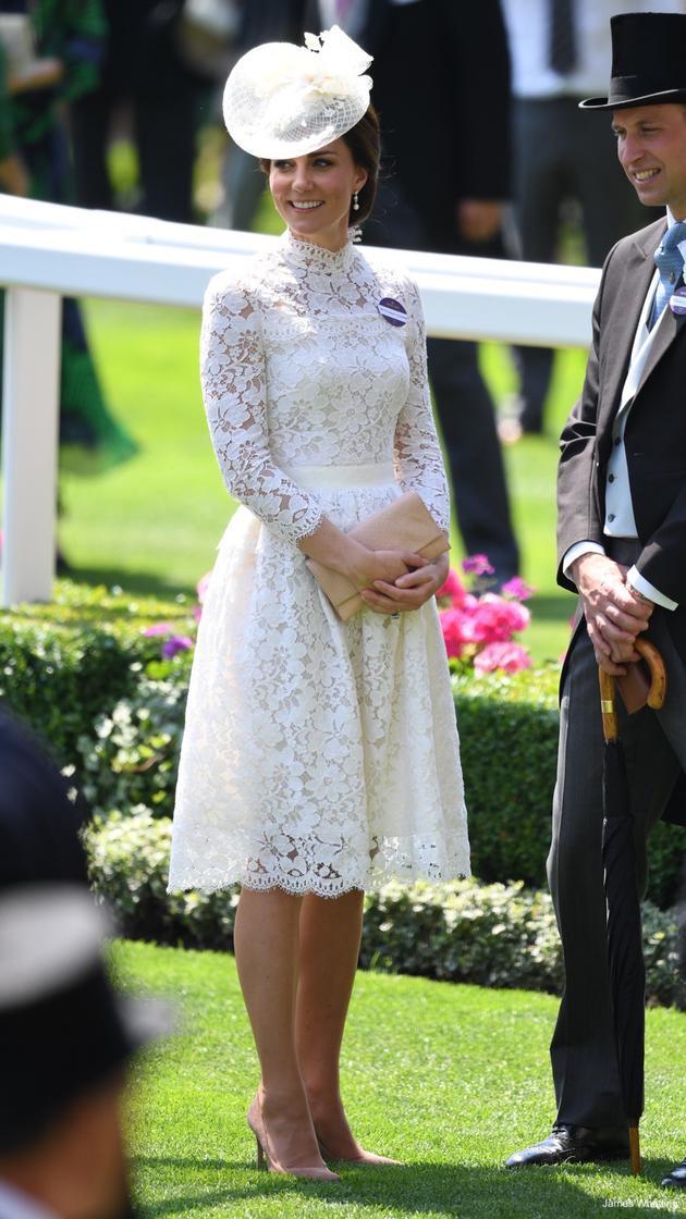 凯特身着Alexander McQueen白色蕾丝连衣裙,手拿Loeffler Randall Tab手包、脚踩Gianvito Rossi裸色高跟鞋