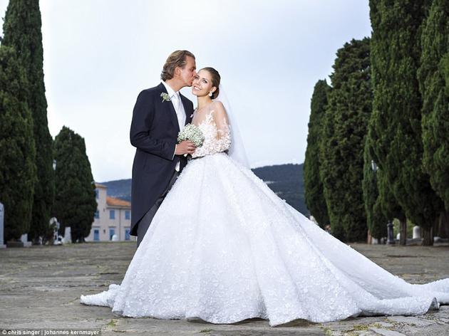23岁的Victoria Swarovski 6月17日与40岁的男友举行了盛大的婚礼