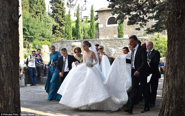 Victoria Swarovski的婚纱上镶嵌了50万颗施华洛世奇 水晶