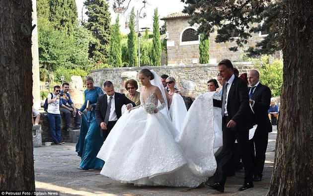 Victoria Swarovski的婚纱上镶嵌了50万颗施华洛世奇水晶