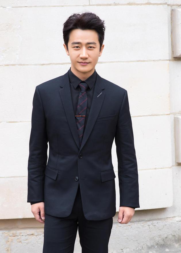 黄轩身穿Dior2017秋冬系列黑色套装,以Dior中国区大使身份亮相品牌2018春夏男装大秀。