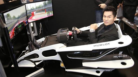 李晨于展览现场体验模拟赛车,感受宇舶竞速时刻!