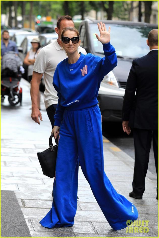 49岁席琳迪翁时尚感迸发 大胆挑战宝蓝色