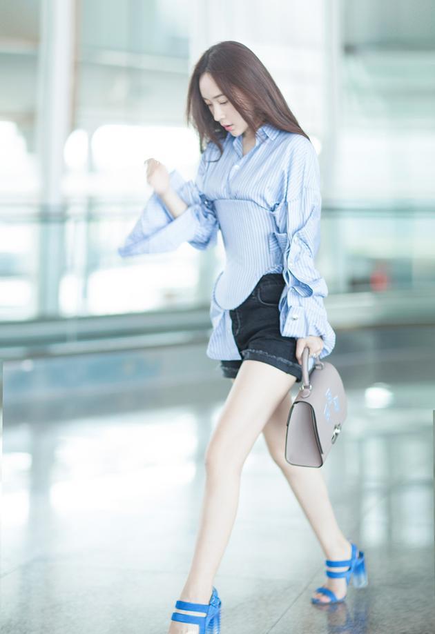 霍思燕现身机场变清凉女神 病号服穿出小蛮腰