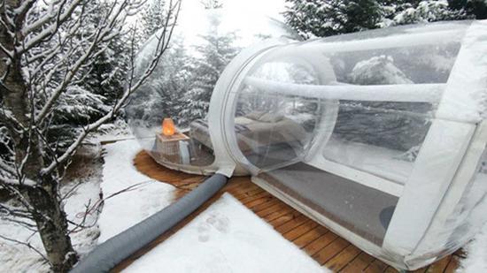 泡泡酒店位于森林里,充气管不断更新室内空气