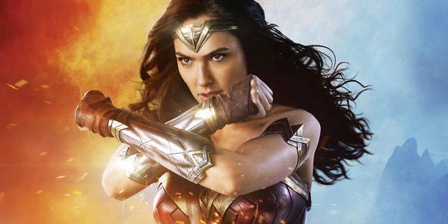 当神奇女侠双臂在胸前交叉,边拥有无与伦比的力量。