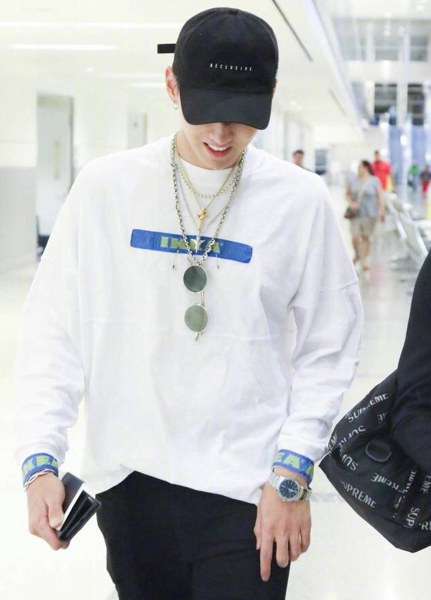 吴亦凡身穿DIY过的宜家t恤出现在机场
