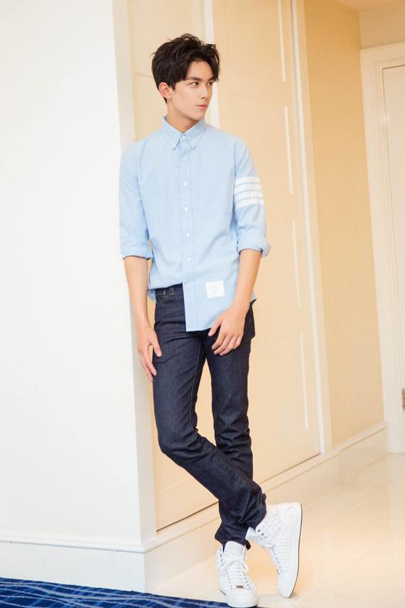吴磊蓝色衬衫清爽帅气