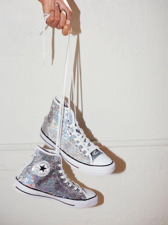高帮的帆布鞋添加了闪闪的元素