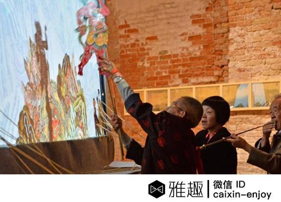 艺术家汪建稳的艺术作品《化生:《白蛇传》的古本与今相》中,几位非遗继承人正在表演传统皮影戏。