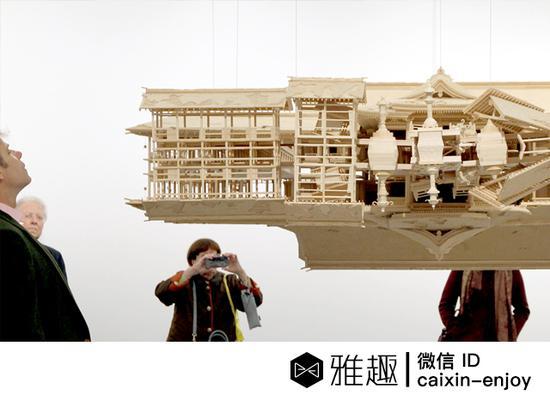 一些观众站在岩崎贵宏的装置《颠倒的森林》前(图片:designboom)