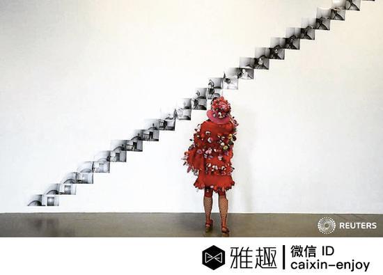 Instagram摄影师kai_pfaffenbach拍摄的一位穿着时髦的卡塞尔文献展观众。