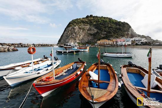 停泊在圣安吉洛港的渔船为这个村子精美的餐厅提供着源源不断的美味海鲜。    摄影:imageBROKER,Alamy Stock Photo    撰文:Tara Isabella Burton