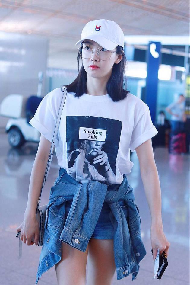 宋茜身穿FR2 smoking kills T恤搭配Prada Etiquette包亮相首都机场
