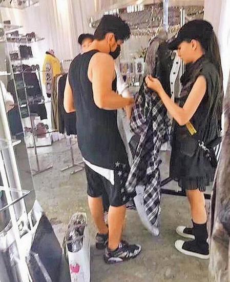 周杰伦和昆凌为宝宝买衣服