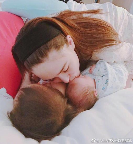 昆凌亲吻宝宝