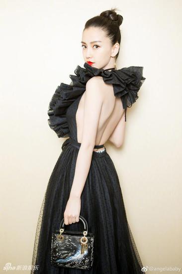 Angelababy身穿黑色V字形露背礼服