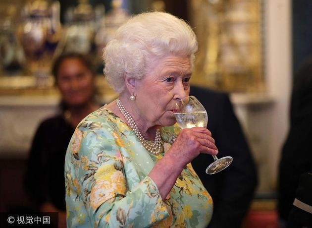 英女王着碎花裙出席宴会 珍珠配饰神采奕奕997992心水论坛