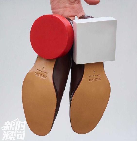 Jacquemus的不对称鞋跟凉鞋