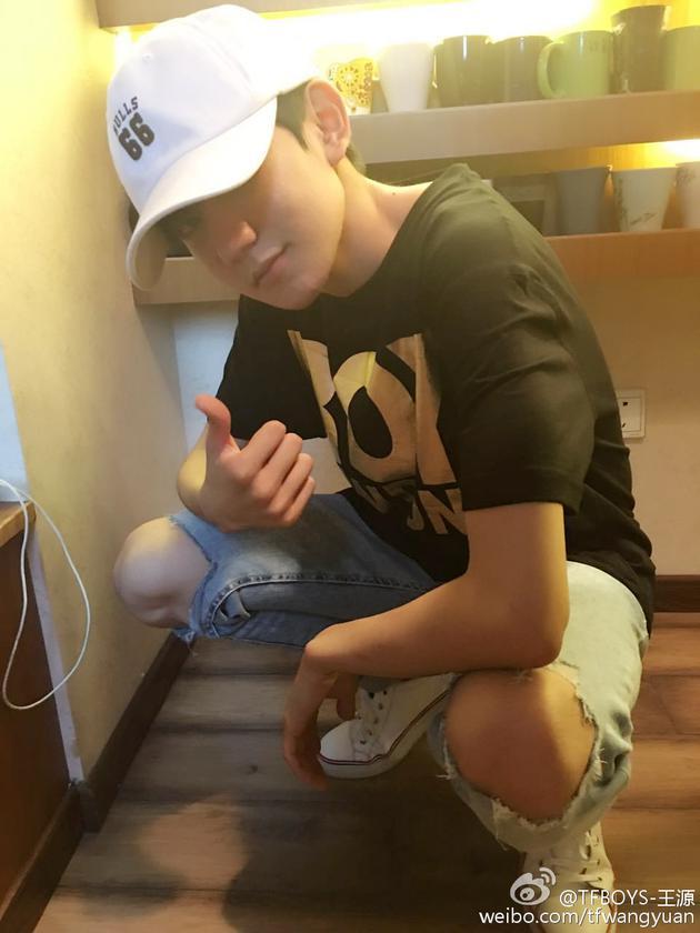 王源戴棒球帽