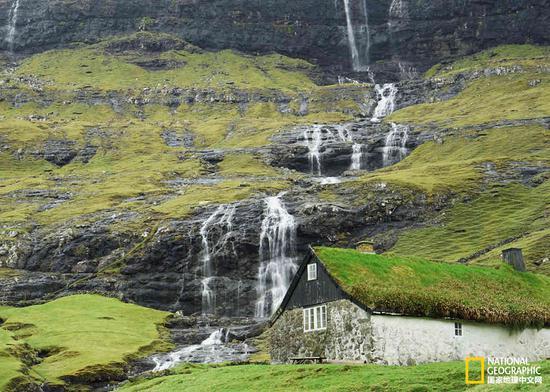 法罗群岛随时可见瀑布和草甸铺设的房顶